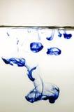 Синие чернила в воде Стоковое Фото