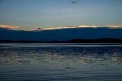 Синий и спокойный заход солнца на озере Balaton в лете Стоковые Фото
