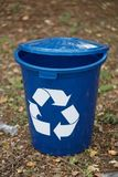 Синий рециркулируя контейнер на земной предпосылке Ящик для рециркулировать отброса Окружающая среда, экологичность, рециркулируя Стоковое Изображение RF