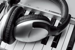 синтезатор клавиатуры наушников стоковое фото rf