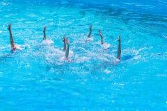 Синхронное плавание Красивые постные женские ноги в воде бассейна Концепция красоты, художничества стоковое изображение rf