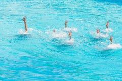 Синхронное плавание Красивые постные женские ноги в воде бассейна Концепция красоты, художничества стоковая фотография rf