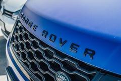 Синь автобиографии спорта Range Rover стоковые изображения