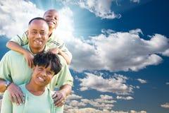 синь афроамериканца заволакивает семья над небом Стоковое Изображение RF