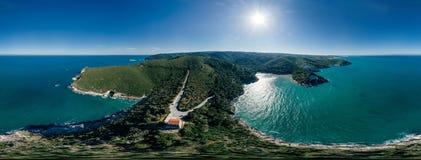 Синь береговой линии моря города Vieste Apulia в vr трутня 360 Италии стоковая фотография