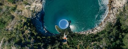 Синь береговой линии моря города Vieste Apulia в vr трутня 360 Италии стоковое фото