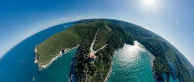 Синь береговой линии моря города Vieste Apulia в vr трутня 360 Италии стоковые фотографии rf