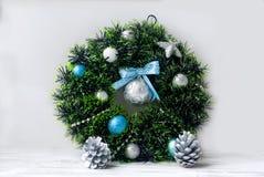 Синь венка рождества, серебр и белый цвет Стоковая Фотография RF