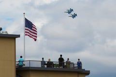 Синь военно-морского флота двигает под углом летание на 4-ое -го июль стоковое фото rf