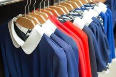 Синь лета флористического дизайна одевает на шкафе магазина Стоковые Фото