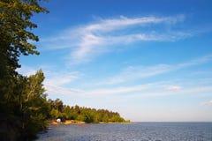 синь заволакивает белизна моря Стоковые Фотографии RF