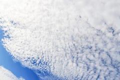 синь заволакивает белизна неба 1 предпосылка заволакивает пасмурное небо Стоковые Изображения