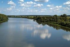 синь заволакивает взгляд лета неба реки Стоковое Изображение RF
