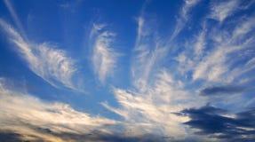 синь заволакивает глубокое небо вечера Стоковые Изображения RF