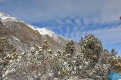 синь заволакивает зима неба гор Стоковые Изображения