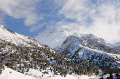 синь заволакивает зима неба гор Стоковая Фотография