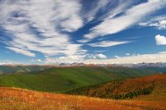 синь заволакивает небо гор Стоковое Изображение RF
