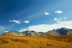 синь заволакивает небо гор Стоковые Изображения RF
