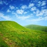 синь заволакивает небо зеленых холмов Стоковая Фотография RF