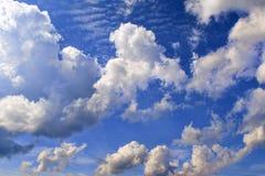 синь заволакивает небо Фон для знамени, карточки, сети, рекламы Стоковое Изображение RF