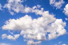синь заволакивает небо Фон для знамени, карточки, сети, рекламы Стоковое фото RF