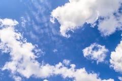 синь заволакивает небо Фон для знамени, карточки, сети, рекламы Стоковые Фотографии RF