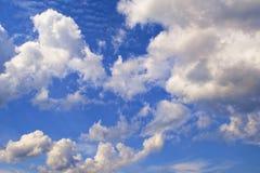 синь заволакивает небо Фон для знамени, карточки, сети, рекламы Стоковое Изображение