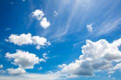 синь заволакивает небо Яркое красивое голубое небо с облаками заволакивает крайность стоковые изображения rf