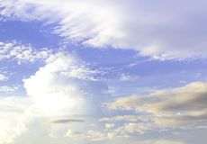 синь заволакивает пушистое небо стоковые изображения