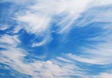синь заволакивает пушистое небо Стоковые Изображения RF