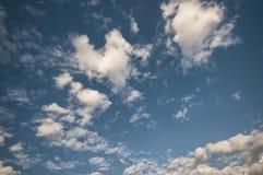 синь заволакивает пушистое небо Стоковая Фотография RF