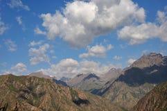 синь заволакивает цветастое небо гор Стоковое Изображение RF