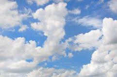 синь заволакивает белизна неба Стоковые Изображения RF