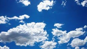 синь заволакивает белизна неба Стоковая Фотография