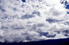 синь заволакивает белизна неба Стоковое Изображение