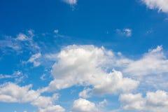 синь заволакивает пушистая белизна неба Стоковое Изображение RF