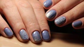 Синь дизайна ногтя маникюра с градиентом шнурка и sequins Стоковая Фотография