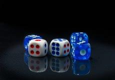 Синь и белизна dices на лоснистой черной предпосылке Стоковое фото RF