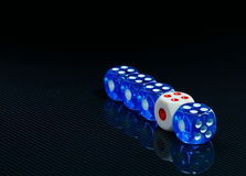 Синь и белизна dices на лоснистой черной предпосылке Стоковые Изображения RF