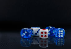 Синь и белизна dices на лоснистой черной предпосылке Стоковая Фотография RF