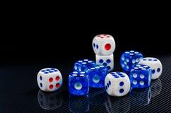 Синь и белизна dices на лоснистой черной предпосылке Стоковые Изображения