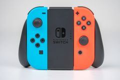 Синь и красный цвет регулятора Joycon переключателя Nintendo стоковое фото rf