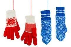 Синь и связанные красным цветом mittens Стоковые Изображения RF