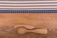 Синь и с белых полотенец кухни на темной деревянной предпосылке Стоковое Фото