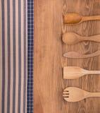 Синь и с белых полотенец кухни на темной деревянной предпосылке Стоковые Изображения RF
