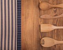 Синь и с белых полотенец кухни на темной древесине Стоковое Фото