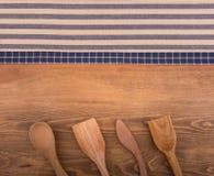 Синь и с белых полотенец кухни на темной древесине Стоковые Фотографии RF