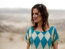 Синь красивой женщины нося и рубашка золота в снежке Стоковые Фотографии RF