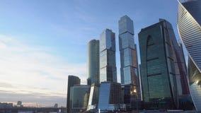 синь красит небоскребы заречья финансовохозяйственные Городской пейзаж, на заднем плане, голубое небо и облака daytime видеоматериал