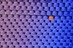Синь к фиолетовому градиенту цвета пустых стульев стадиона и одного re Стоковые Изображения RF